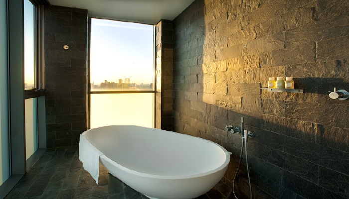 Top 8 luxury hotel bathrooms completehome for Y hotel shared bathroom